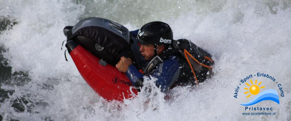in den Wellen surfen